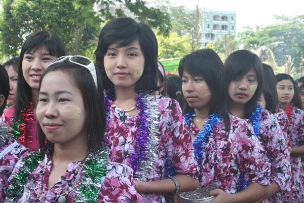 缅甸妇女传统美容过新年 中国
