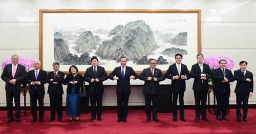 王毅会见东盟十国驻华使节