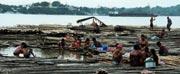 緬甸江邊生活的人們